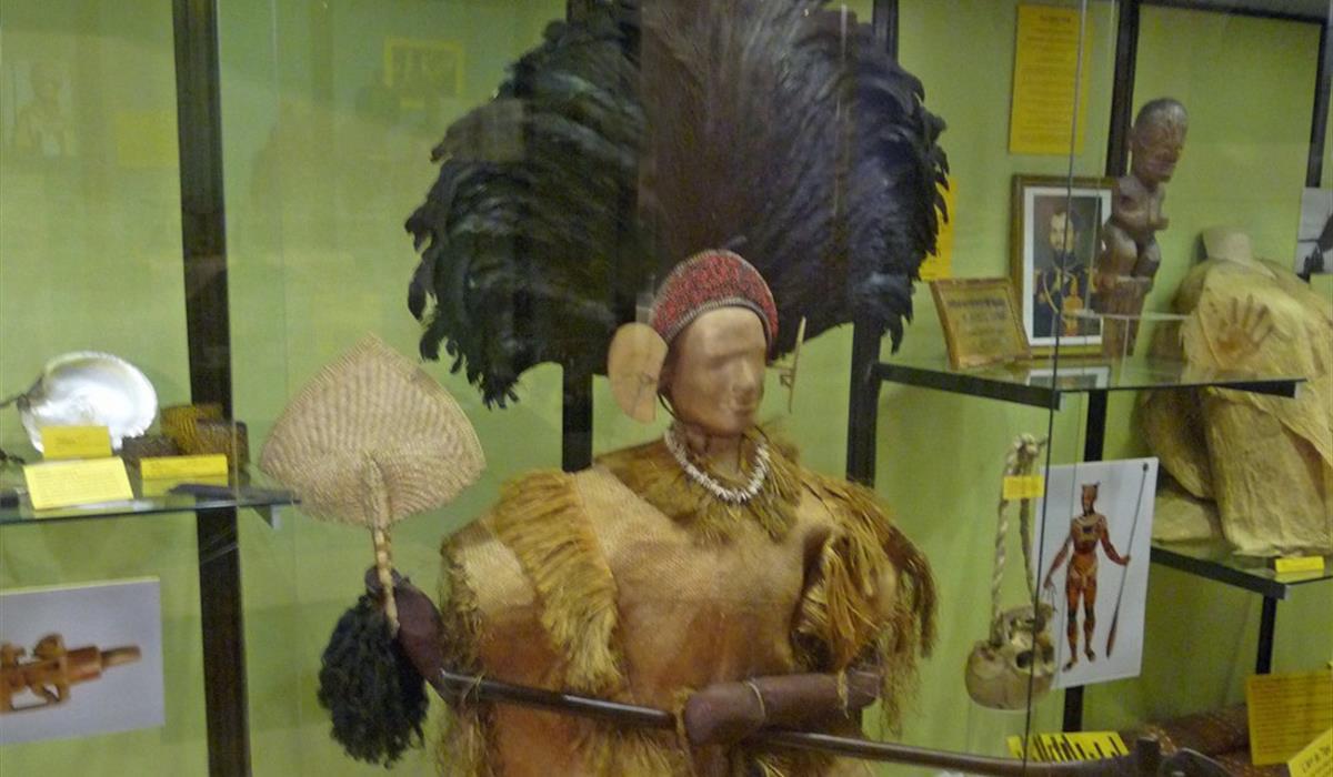 Vitrine sur l'Océanie Musée d'histoire naturelle et d'ethnographie, Colmar, Alsace  www.museumcolmar.org Crédit photo : Ji-Elle (Wikicommons)