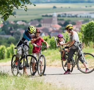 Vélo en famille dans le vignoble© Grégory Tachet.
